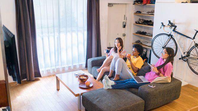 人種の違う3人のルームメートが共有アパートで一緒に時間を過ごす