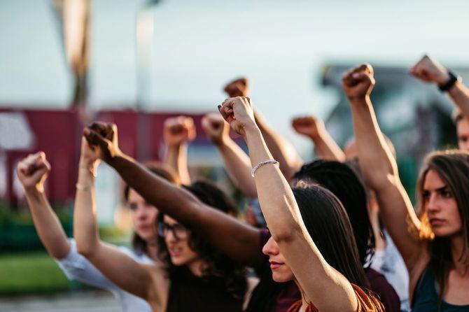 拳を上げる抗議者