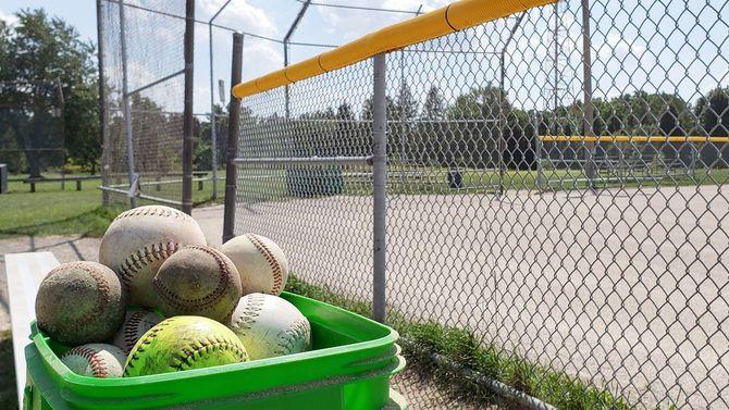 バケツに収められた野球ボール