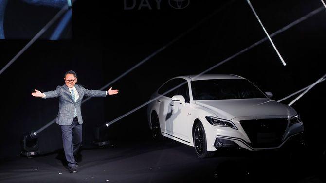 2018年6月26日、東京都内で開催されたコネクテッドカーを紹介するイベントで、オールニューデザインのフラッグシップセダン「トヨタ クラウン」を発表する豊田章男社長。