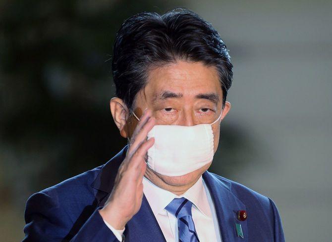 首相官邸に入る安倍晋三首相=2020年5月18日、東京・永田町