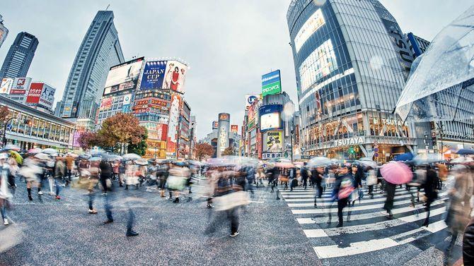 渋谷交差点を忙しく行き交う人々
