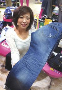 <strong>阪神百貨店 ジーンズハウス 販売中村延以子</strong>●1993年入社。年間売上高10億円を誇る西日本最大のジーンズ店のカリスマ販売員。数万円のジーンズを1日10本から15本販売する。
