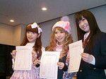 外務省の委嘱状交付式で委嘱状を受け取る3人。左から、青木、木村、藤岡。
