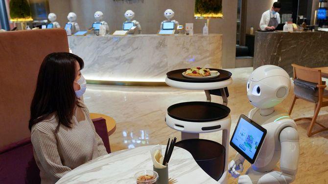 お客から料理の注文を受けるソフトバンクのロボット「Pepper(ペッパー)」=2020年11月5日