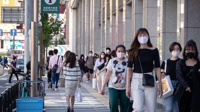 2020年6月10日の池袋。緊急事態宣言の解除後、マスクを着用した多くの人が出歩いている