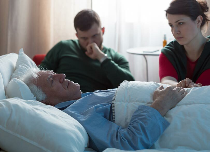 突然親が倒れたら何がいくらかかるのか 在宅介護か施設介護で大きく変わる