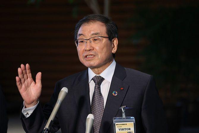 菅義偉首相と経済団体の新型コロナウイルスワクチンの職域接種に関する意見交換終了後、記者団の質問に答える経団連の十倉雅和会長
