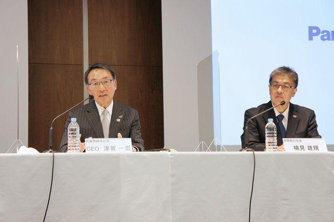 経営方針説明会に臨むパナソニックの津賀一宏社長(左)と次期社長の楠見雄規常務執行役員