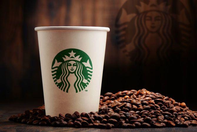 スターバックスの紙コップとコーヒー豆