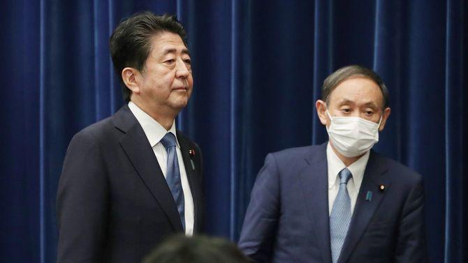 記者会見を終え、引き揚げる安倍晋三首相(左)。右は菅義偉官房長官=2020年8月28日午後、首相官邸
