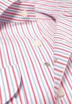 「2.5」ボタンのシャツ。第2、第3ボタンの間のスナップが、Vゾーンの適度な肌見せ感を演出する。