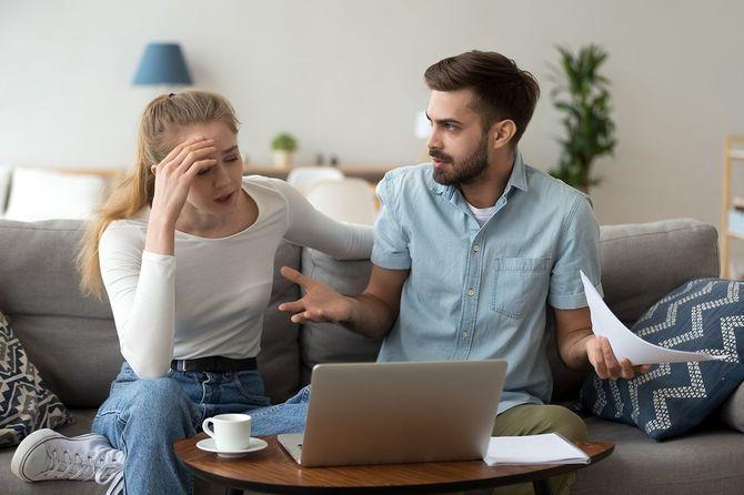 費用について主張している不幸な夫婦