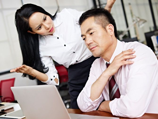 男性の行動に戸惑い、困惑している会社員の女性
