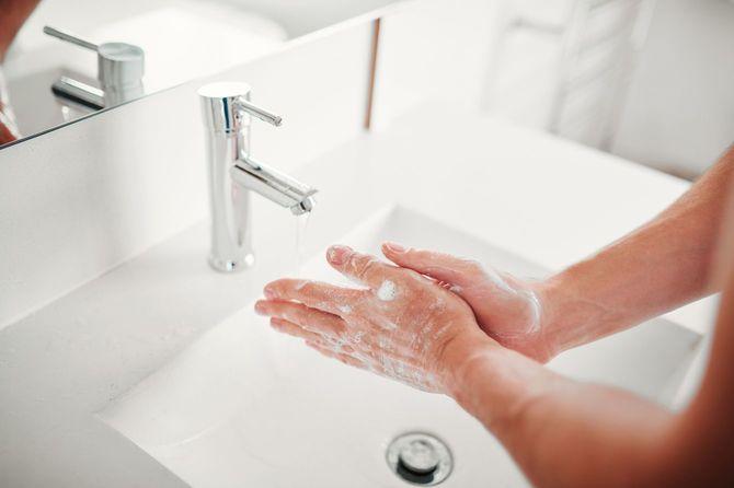 菌を取り除くために手を洗う