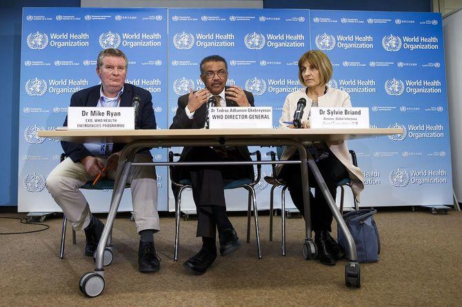記者会見に応じる世界保健機関(WHO)のテドロス事務局長(中央)