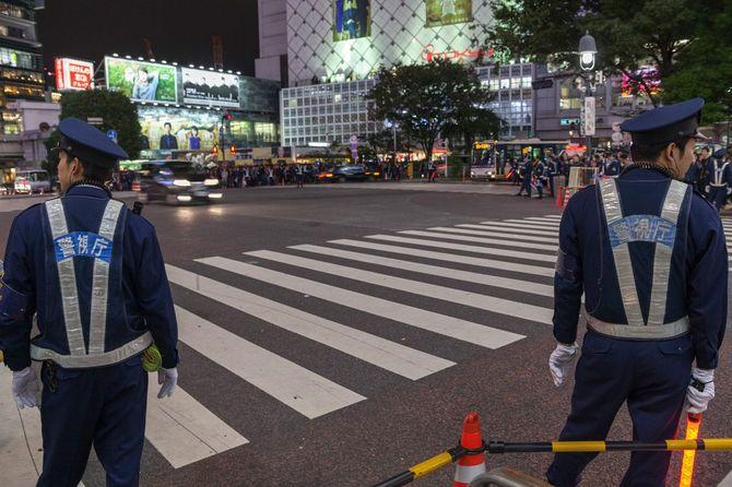 2016年10月29日、ハロウィーンでにぎわう渋谷スクランブル交差点で警戒に当たる警官たち