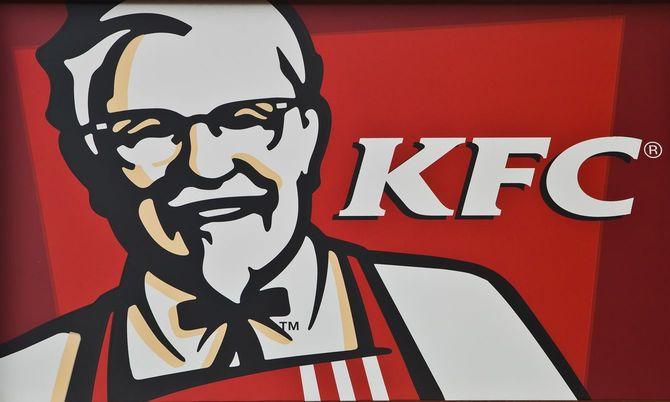 KFC(ケンタッキーフライドチキンなど)の通りにビルボード/看板