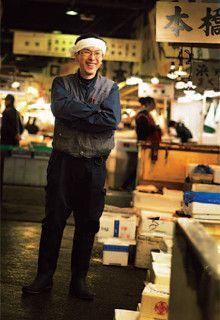 <strong>小山田和明</strong>●おやまだ・かずあき 1970年、東京都生まれ。父と祖父は2代にわたり、築地仲卸業者「小山田」を営む(現在は廃業)。立正大学文学部史学科卒業後、東都水産に入社。現在は東都小揚に勤務。「取材以上に執筆で苦労しました。こんなにキーボードを叩いたのは始めて」