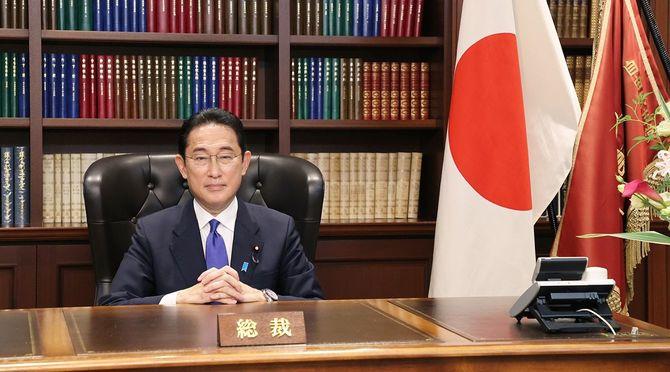 自民党総裁選/総裁室に座る岸田新総裁