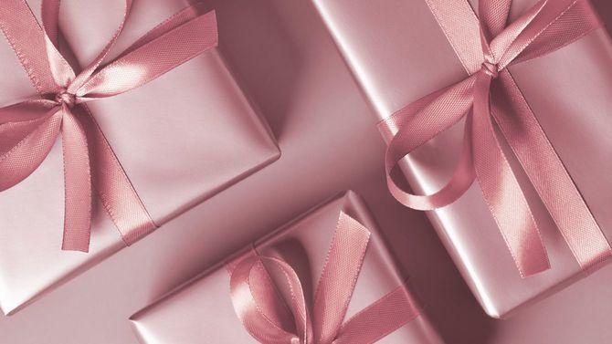ピンクの背景にピンクのギフトボックス