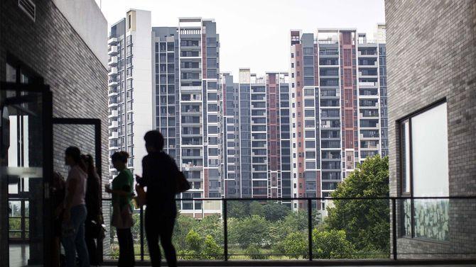 政府が不動産価格の抑制策を導入しているものの、大都市で住宅価格が値上がりした。中国山東省仏山市の物件を内見する中国人たち(2018年12月24日)