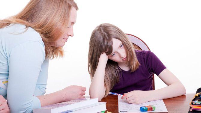 付きっきりで宿題を手伝おうとする母親にうんざりする子ども