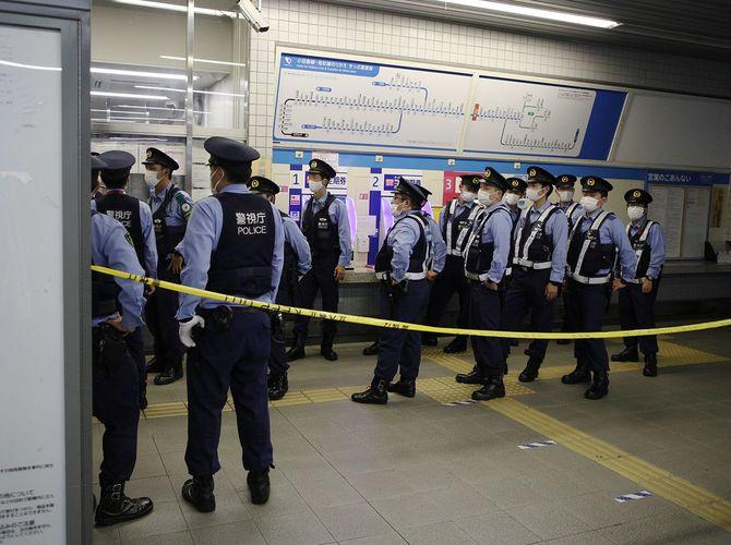 小田急線車内で起きた殺傷事件のため、祖師ケ谷大蔵駅に駆け付けた警察官