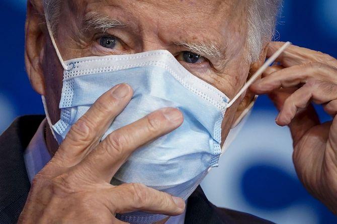 民主党大統領候補のジョー・バイデンは、2020年10月28日にデラウェア州で行われた医療専門家とのビデオ会議に出席し、オバマケアとCOVID-19についての発言をした後、フェイスマスクを着用している。