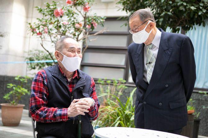 アゼリー江戸川の中庭にて、入居者の男性と談笑