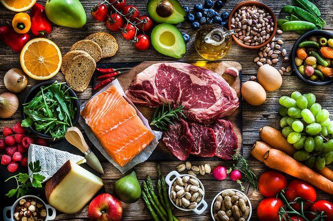 食べ物の背景:多種多様な食べ物で満たされたテーブル