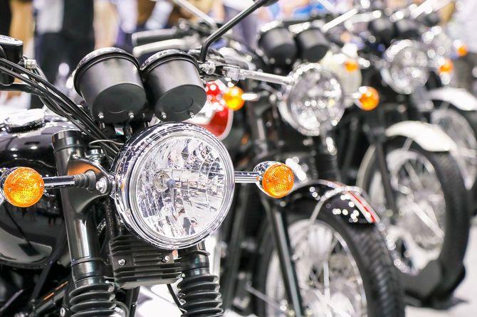 陳列されたバイクのヘッドライト部分