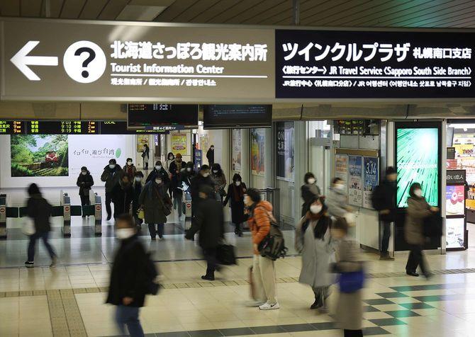 外出を控えるよう緊急事態宣言が出された翌日、JR札幌駅の改札口ではマスクをした人が多く見られた