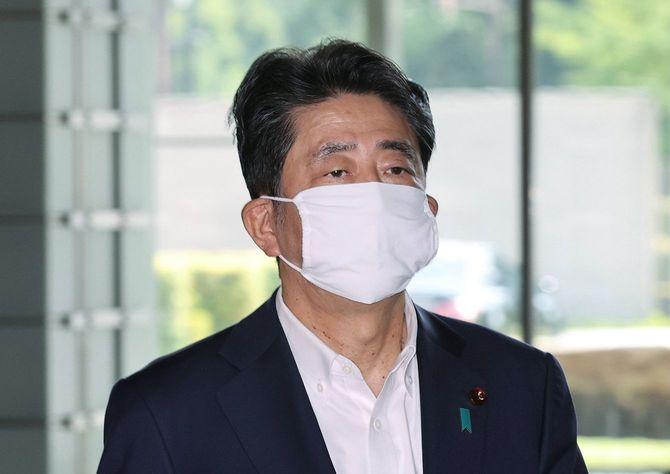 首相官邸に入る安倍晋三首相=2020年8月5日、東京・永田町