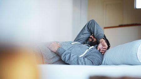 酒をたくさん飲んだ翌朝、気分が落ち込むワケ 医学的には、アルコールの離脱症状 | PRESIDENT Online(プレジデントオンライン)