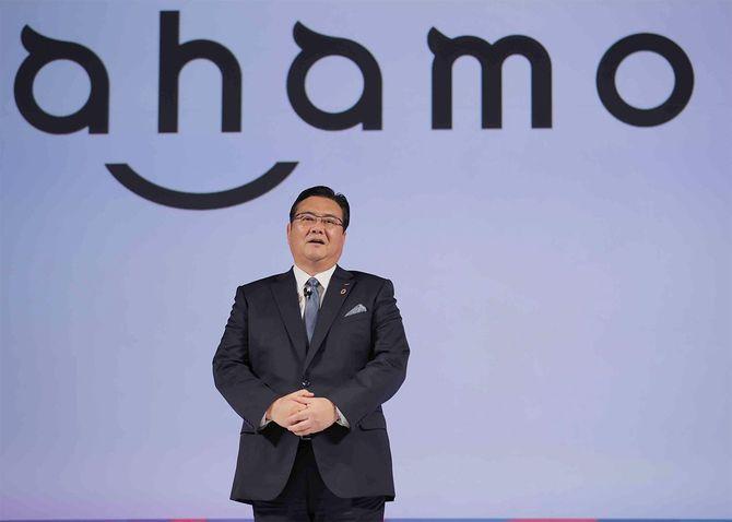 データ通信容量20ギガバイトで月額2980円の新料金プラン「ahamo(アハモ)」を発表するNTTドコモの井伊基之社長=2020年12月3日、東京都