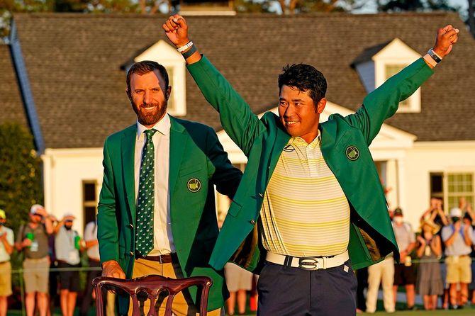 米ジョージア州オーガスタで行われたマスターズゴルフトーナメント終了後、グリーンジャケットを受け取る松山英樹選手