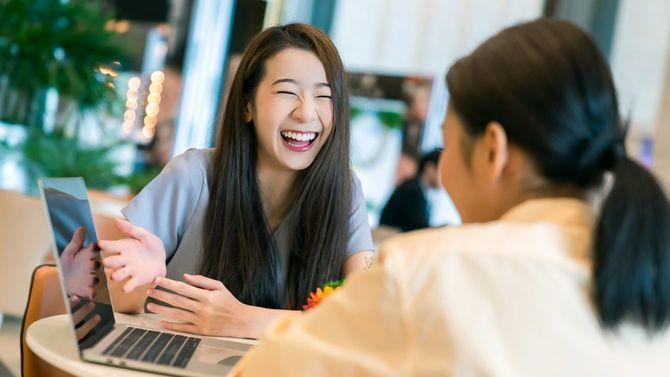 クライアントに新規プロジェクトを笑顔で紹介するビジネスウーマン