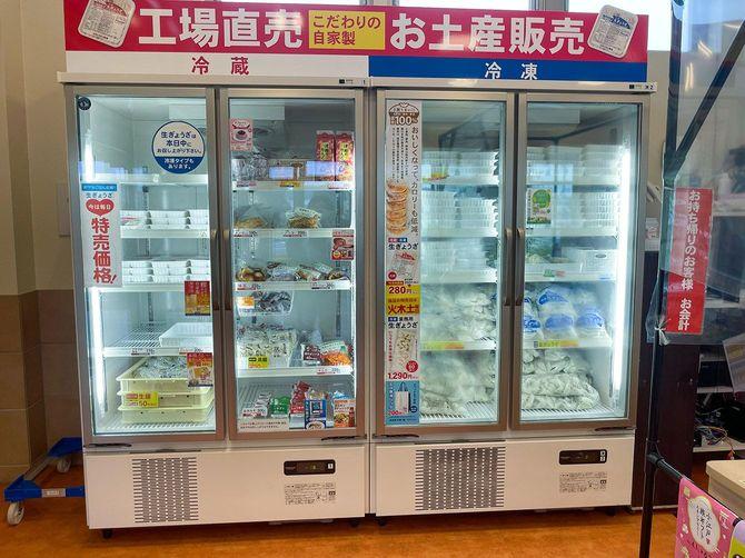 テイクアウト商品を並べた冷蔵庫が店内に設置されている