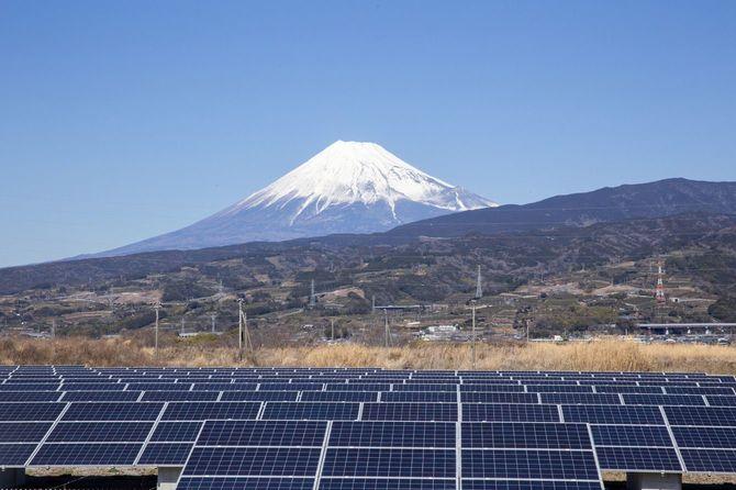 富士山と日本のソーラーパネル