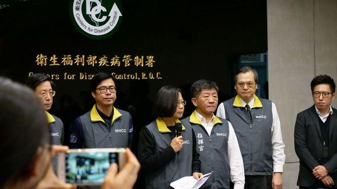 独自に情報を集め、迅速に判断して必要な手を次々と打つ――新形コロナウイルス関連の記者会見で、台湾の現状を報告する蔡英文総統(中央)と陳時中・衛生福利部長(その右)=2019年2月7日