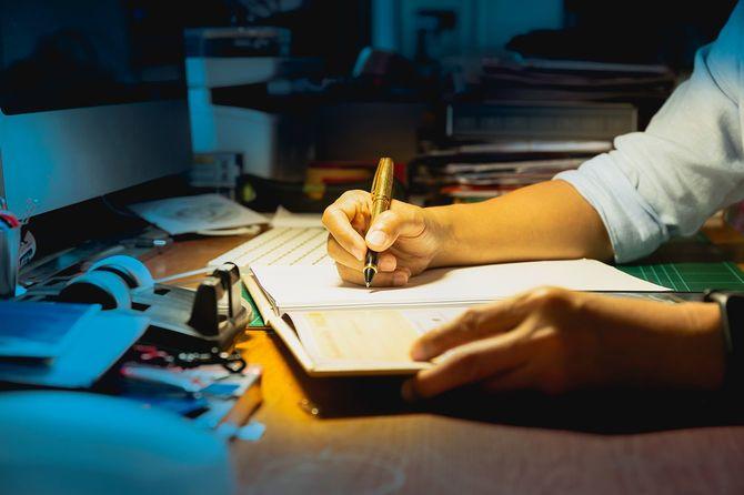 文書を書くビジネスマン