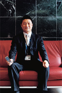 <strong>高島謙一</strong>●専務執行役員営業本部本部長兼営業推進部部長。1965年、北海道生まれ。86年北海学園大学経済学部卒業。製薬会社を経て旧DDIに入社。北海道支店や本社で法人営業を担当。2000年イー・アクセスに転じ、06年より現職。