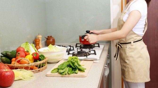 主婦がキッチンで料理をしている