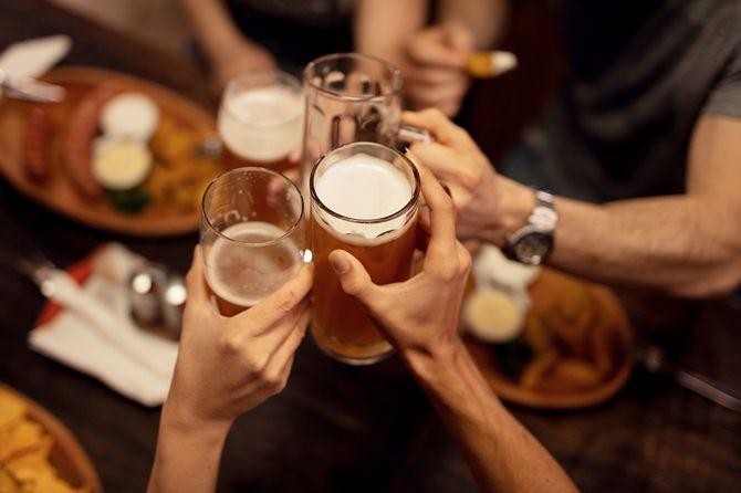友人たちとビールで乾杯