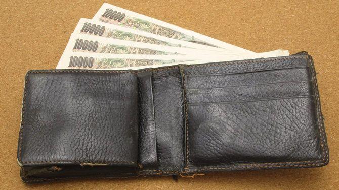 複数枚の一万円札が財布から出ている