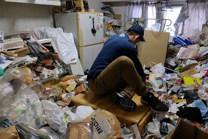 10月下旬に作業した男性宅。ようやくテーブルが見えてきた。当初はテーブルの存在もまったくわからなかった。ここまでゴミを排出するのに、すでに2日間かかっている。
