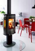 最近の薪ストーブはコンパクトでモダンなデザインが主流。北欧やアメリカ製が人気だ。写真はゆらゆら揺れる炎がよく観賞できる縦長の大きな窓が印象的な北欧製。しかも、360度回転する。