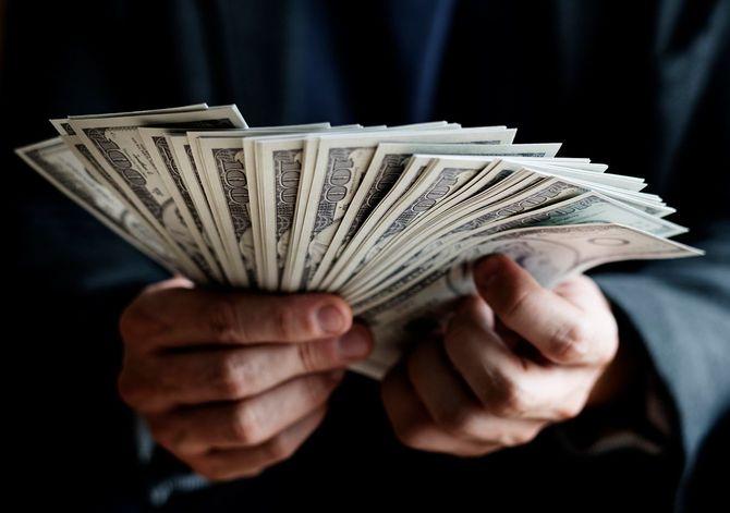 現金を持って手のクローズ アップ