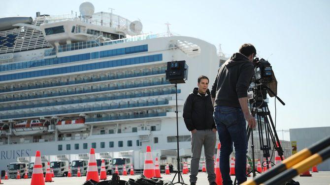 クルーズ船「ダイヤモンド・プリンセス」前で報道する海外メディア=2020年2月18日、横浜市の大黒ふ頭